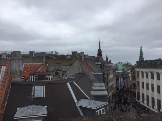 Udsigt fra vores behandlerrum, midt på Strøget i København